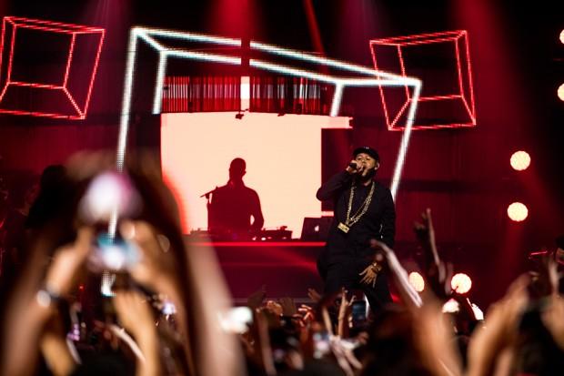 Emicida sobe ao palco para a gravação de seu novo DVD (Foto: José de Holanda)