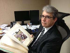 Desembargador José Muiños Piñeiro mostra um dos volumes do processo do caso da chacina de Vigário Geral (Foto: Priscilla Souza/G1)