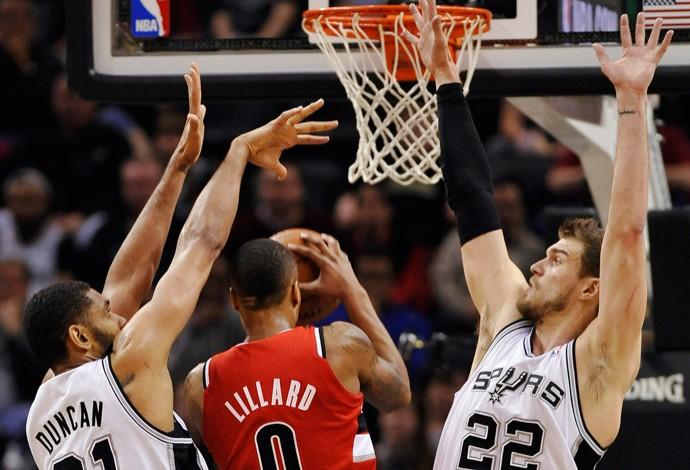 Basquete NBA - San Antonio Spurs x Portland Trail Blazers - Damian Lillard, Tim Duncan e Tiago Splitter (Foto: AP)