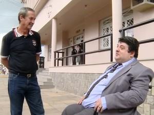 O aposentado Júlio Cesar Canani e seu advogado, Dilto Marques Nunes, em frente ao Fórum de São Francisco de Paula (Foto: Reprodução/RBS TV)