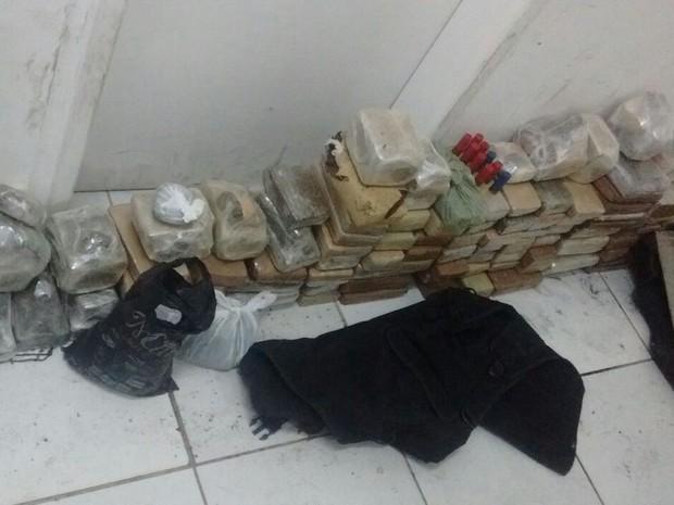 A primeira parte da ação ocorreu na Vila Brasil, onde os policiais apreenderam 100 kg de drogas (Foto: Divulgação / Senarc)