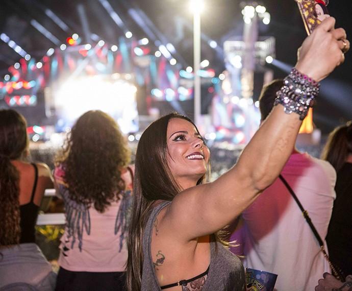 Vivi faz selfie para registrar seu momento no evento (Foto: Inácio Moraes/Gshow)