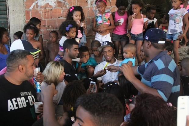 Nego do Borel passa Dia dos Pais em comunidade carente (Foto: Agnews)