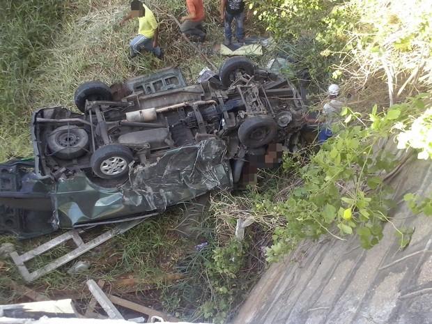 Van caiu em uma ponte após colidir com um dos caminhões na rodovia (Foto: Reprodução/WhatsApp)