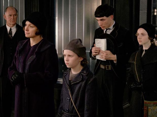 Grupo de não-mágicos, ou não-maj, contrários à convivência entre bruxos e humanos na Nova York de 1926 que é cenário de 'Animais fantásticos e onde habitam' (Foto: Divulgação)