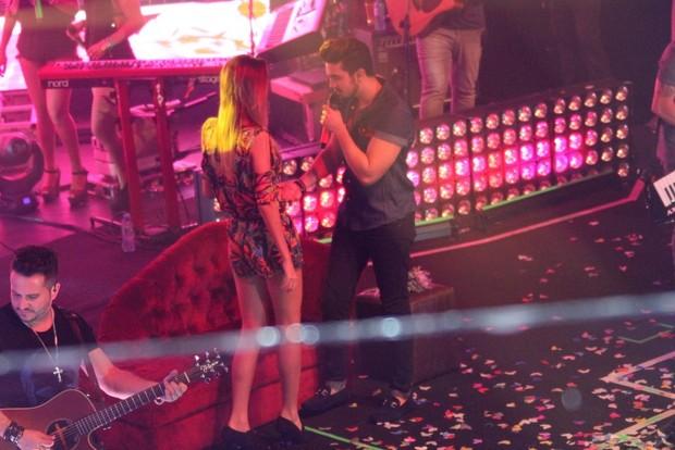 Luan Santana beija fã (Foto: Rodrigo dos Anjos / AgNews)