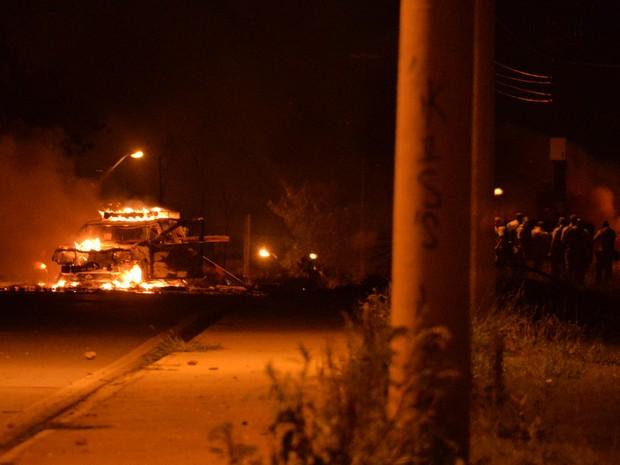 Moradores queimam carros em protesto na Zona Norte de Sorocaba (Foto: Júlio Leite)