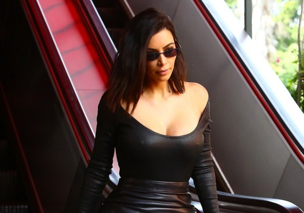 Kim Kardashian e seus mini óculos (Foto: Reprodução)