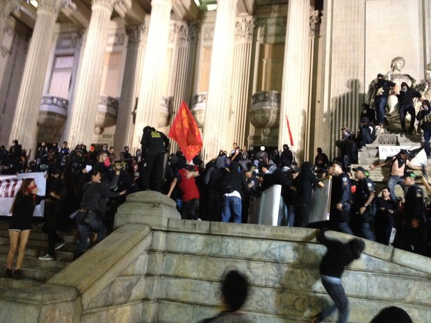 Confusão e correria em manifestação em frente à Alerj (Foto: Henrique Coelho/ G1)