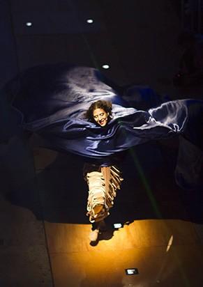 Camila Mota em cena de 'Acordes' (Foto: Claire Jean)