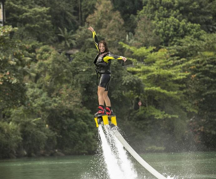 Carol não se preocupa em cair na água durante o treino (Foto: Inácio Moraes/ Gshow)