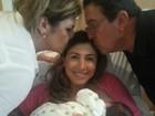Jaque Khury recebe carinho dos pais na maternidade