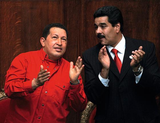 Hugo Chavez e Nicolás Maduro.Ao primeiro Luisa foi fiel.Do segundo,a quem traiu tem de fugir (Foto:  Miguel ROJO/AFP)