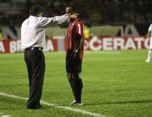 Juan Carrasco conversa com Guerrón, do Atlético-PR (Foto: Divulgação/Site oficial do Atlético-PR)