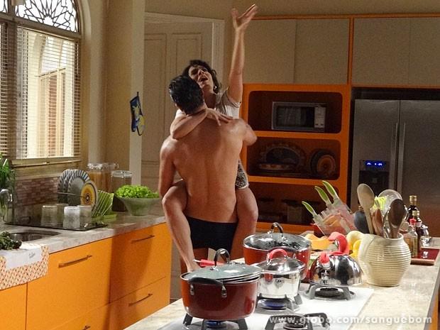 Lucindo e Nice se agarram na cozinha (Foto: Sangue Bom / TV Globo)