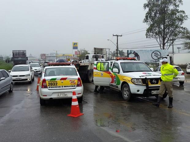 Há protesto de caminhoneiros na SC-486, na divisa entre Brusque e Itajaí (Foto: Luiz Souza/RBS TV)
