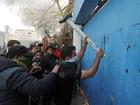 Palestinos protestam diante da sede da ONU em Gaza por corte de fundos