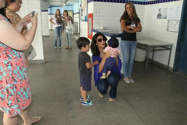Juliana Paes posa com fãs mirins (Foto: Thyago Andrade / Foto Rio News)