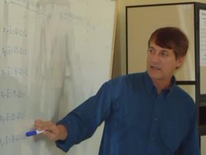 Professor de matemática comenta que as respostas podem estar no próprio enunciado. (Foto: Joaquim Rodrigues/Arquivo pessoal)