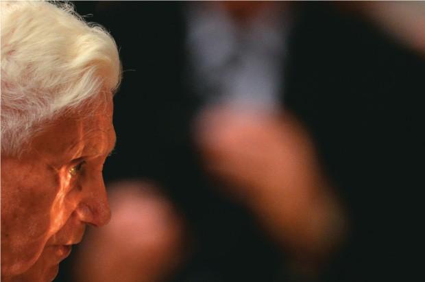 """ENFRAQUECIDO Bento XVI na missa da Quarta-Feira de Cinzas, quando se despediu dos fiéis. Ele condenou """"individualismos e rivalidades"""" (Foto: Gabriel Bouys/AFP)"""