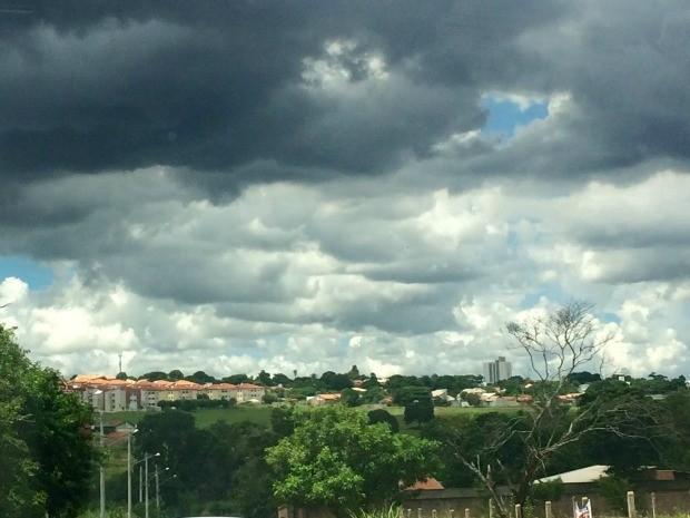 Céu de Campo Grande na tarde desta sexta-feira (6) (Foto: Maria Caroline Palieraqui/G1 MS)