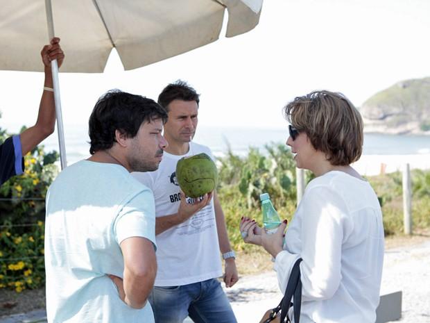 Eles recebem instruções do diretor, enquanto se refrescam nesse calorzão carioca (Foto: Salve Jorge/TV Globo)