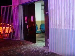 Prédio da 1ª DP, em Parnamirim, foi alvejada na noite da sexta-feira (29) (Foto: Reprodução/Inter TV Cabugi)