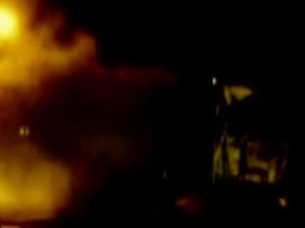 Veículo ficou totalmente destruído, mas ninguém se feriu (Foto: Reprodução/TV TEM)