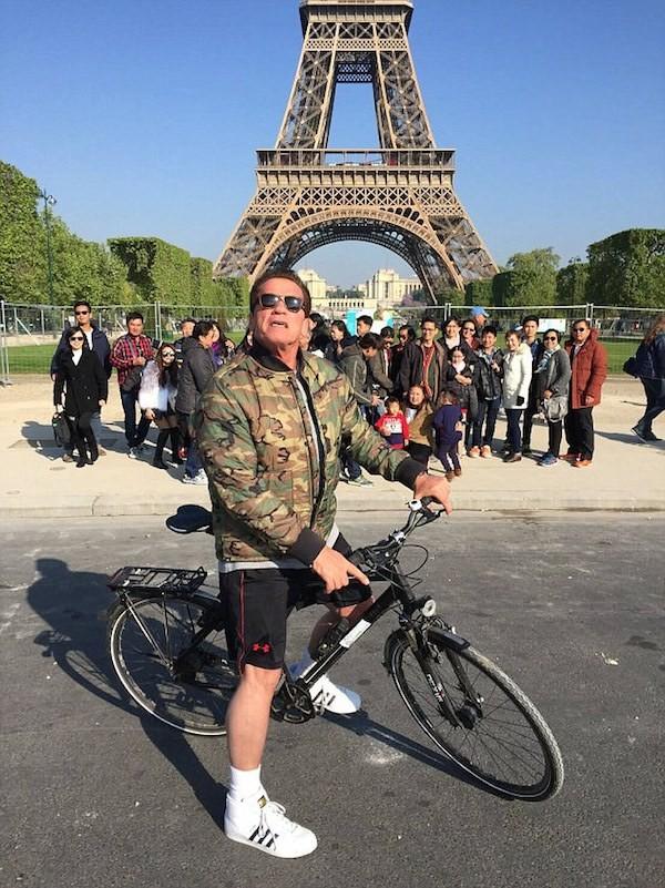 O ator Arnold Schwarzenegger invandindo a foto de um grupo de turistas em Paris (Foto: Reprodução)