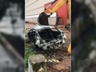 Operários da Sesan retiram carcaça de carro dentro de canal em Belém