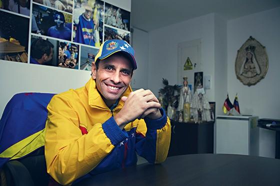 PERSISTENTE Henrique Capriles em seu escritório, em Caracas, em 2013. Para ele, a oposição não pode repetir os erros do chavismo (Foto: Sebastien Micke/Paris Match via Getty Images)