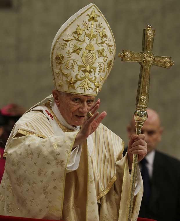 Papa Bento XVI celebra a tradicional Missa do Galo na basílica de São Pedro do Vaticano nesta segunda-feira (24) (Foto: AP)