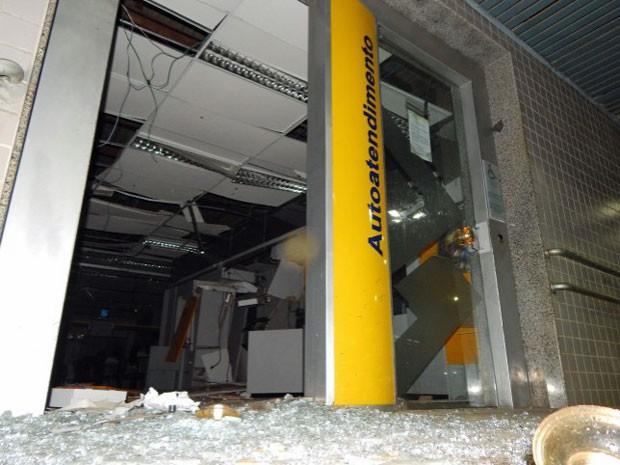 Parte do teto e a frente da agência também ficaram danificados (Foto: Samuel Cazumbá/ VC no G1)