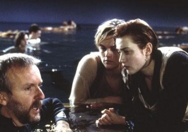 """James Cameron dirige Leonardo DiCaprio e Kate Winslet em cena de """"Titanic"""" (Foto: Divulgação)"""