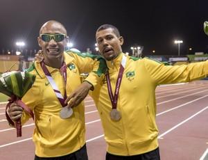 Felipe Gomes e o guia, Jorge Augusto Pereira Borges, com a prata nos 100m T11 do Mundial Paralímpico de Atletismo em Doha, no Catar (Foto: Daniel Zappe/CPB)
