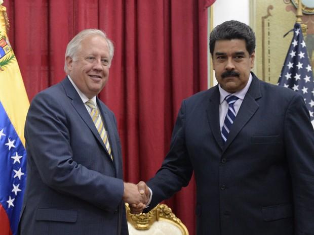 O diplomata norte-americano Thomas Shannon e o presidente venezuelano Nicolás Maduro se reúnem nesta quarta-feira (22) em Caracas (Foto: FEDERICO PARRA / AFP)