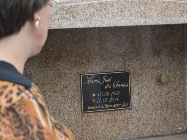 Mulher descobriu que corpo do marido foi retirado de gaveta em cemitério (Foto: Guilherme Lucio / G1)