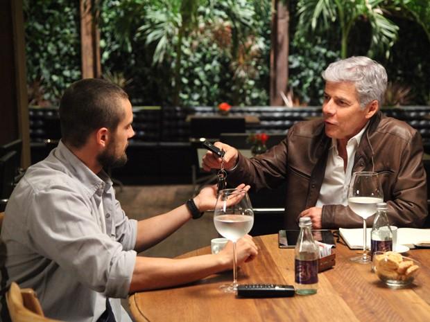 Vicente recebe as chaves do restaurante (Foto: Carol Caminha/Gshow)