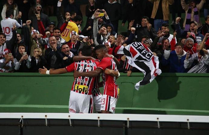 Rogério, do São Paulo, sai para o abraço e comemora o gol contra o Coritiba (Foto: Rubens Chiri / saopaulofc.net)