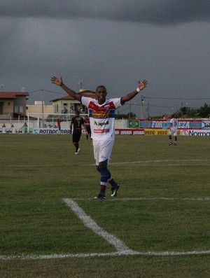 Robert, atacante do Fortaleza, comemora gol contra Guarani de Juazeiro (Foto: Honório Barbosa/Agência Diário)