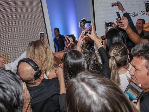 Grazi Massafera com fãs em evento em São Paulo (Foto: Raphael Castello/ Ag. News)