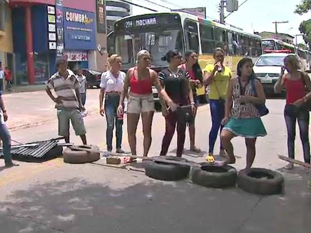 Mulheres de presos fazem manifestação e fecham avenida em Rio Branco (Foto: Reprodução/Rede Amazônica Acre)