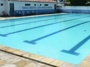 Piscina semiolímpica é usada para aulas de natação e também é alugada arrecadar fundos (Foto: Krystine Carneiro/G1)
