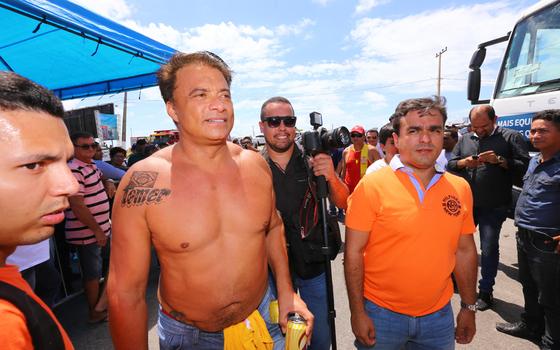 O deputado Wladimir Costa exibe sua tatuagem de Temer (Foto:  Marco Santos/Folhapress)