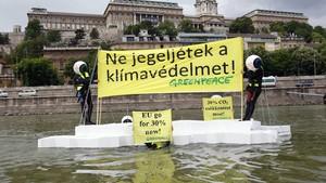 Ativistas do Greenpeace durante protesto no rio Danúbio, próximo à ponte Chain, na Hungria. ONG quer chamar atenção para os efeitos da mudança climática. (Foto: Bernadett Szabo/Reuters)