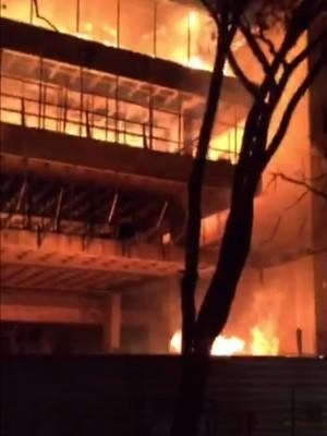 Fogo atingu prédio em construção do TRT Goiânia Goiás (Foto: Reprodução/Arquivo Pessoal)