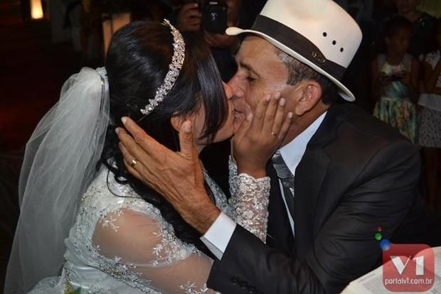 Stefhany Absoluta troca primeiro beijo com Roberto Cardoso (Foto: Divulgação/Sergio Alves Portal V1)