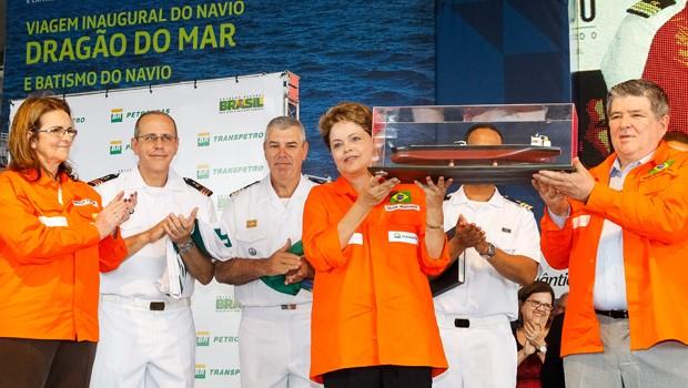 A presidente Dilma Rousseff recebe réplica durante cerimônia de inauguração do navio Dragão do Mar e batismo do navio Henrique Dias no Complexo Portuário de Suape (Foto: Roberto Stuckert Filho/PR)
