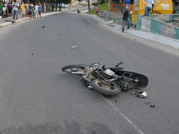 Acidente ocorreu na manhã deste sábado, no bairro Pequi (Foto: Tássio Loureiro/Site Via 41)