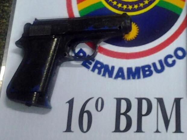 Com o suspeito, polícia encontrou a arma falsa utilizada para render vítimas (Foto: Divulgação / PM)